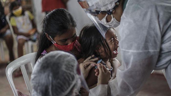 Program vaksinasi COVID-19 untuk anak sudah mulai dilaksanakan di Indonesia. Menurut keterangan Kementerian Kesehatan (Kemenkes), vaksinasi COVID-19 tahap ketiga ini juga menyasar kelompok anak usia 12-17 tahun.