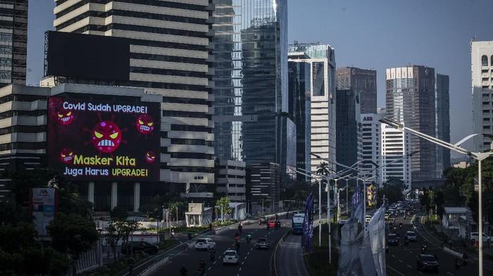 Sejumlah pekerja berjalan di jalur pedestrian Jalan Jenderal Sudirman, Jakarta, Jumat (2/7/2021). Pemerintah akan menerapkan PPKM Darurat di Pulau Jawa dan Bali mulai 3 Juli mendatang, salah satunya mewajibkan menerapkan work from home (WFH) atau bekerja dari rumah 100 persen untuk perkantoran yang bergerak di sektor non-esensial. ANTARA FOTO/Aprillio Akbar/foc.