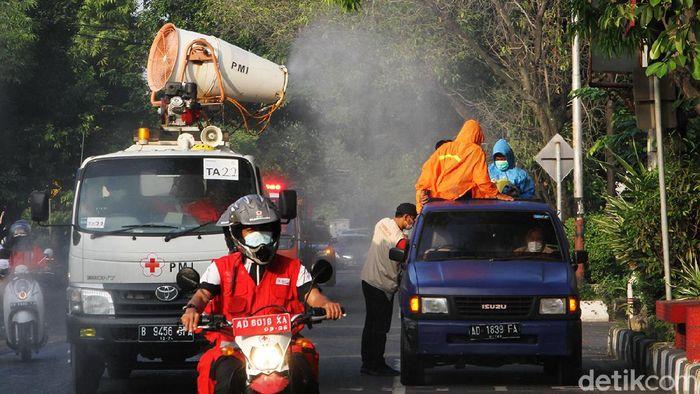 Personel Palang Merah Indonesia melakukan penyemprotan disinfektan di berbagai sudut kawasan Solo. Hal itu dilakukan sebagai pencegahan penyebaran virus Corona.