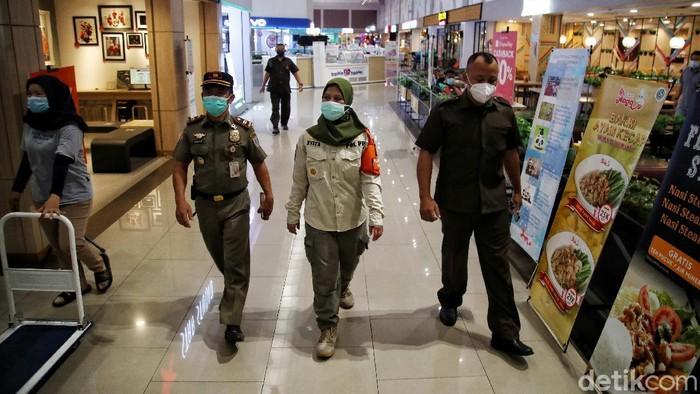 Petugas Satpol PP melakukan sidak ke pusat perbelanjaan di Jakarta. Sidak itu untuk memastikan protokol kesehatan diterapkan dengan baik di pusat perbelanjaan.