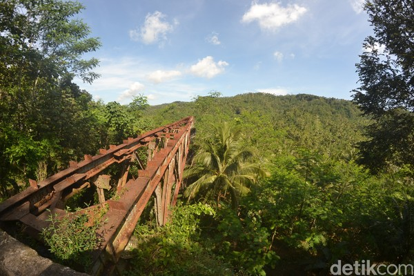 Bahkan untuk jembatan Cipambokongan tak hanya besi bantalan relnya saja yang hilang, namun besi rangka jembatan pun ikut hilang. Sehingga tinggal menyisakan konstruksi betonnya saja.