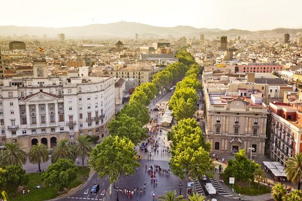 La Rambla membentang sepanjang 1,3 km dari Alun-alun Plaza Catalunya hingga ke Port Vell, pelabuhan lama Barcelona.