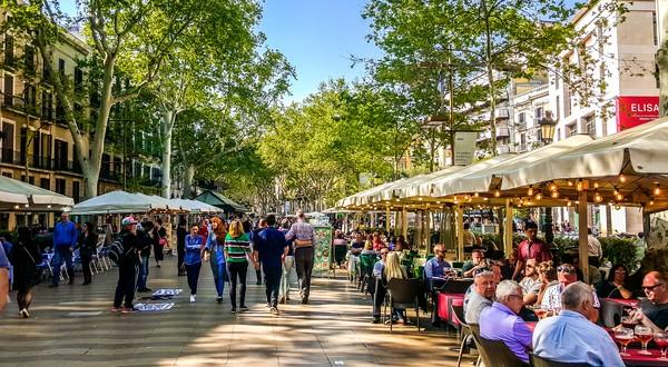 Bagi para turis, La Rambla juga sebagai tempat mencari sovenir khas Barcelona, lho.