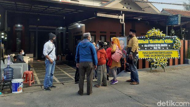 Suasana kediaman Mbak You di Bandung jelang pemakaman