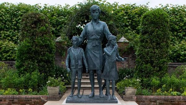 Rencana pembuatan patung tersebut sudah diumumkan sejak Februari 2017, yaitu tahun peringatan bagi kehidupan Diana. 2017 menandai 20 tahun sejak Diana meninggal dalam kecelakaan di usia 36 tahun.(Dominic Lipinski/AFP/Getty Images)