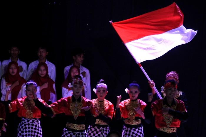 Penari mementaskan tarian daerah saat gelar budaya memperingati hari lahir Pancasila di Gedung Kesenian Indramayu, Jawa Barat, Selasa (1/6/2021). Kegiatan tersebut untuk menanamkan kembali nilai-nilai Pancasila, Bhinneka Tunggal Ika dan mempererat persatuan serta kesatuan bangsa. ANTARA FOTO/Dedhez Anggara/rwa.