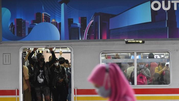 Penumpang turun dari gerbong KRL Commuter Line di Stasiun Manggarai, Jakarta, Kamis (1/7/2021). Pemerintah akan menerapkan PPKM Darurat di Pulau Jawa dan Bali mulai 3 Juli mendatang, salah satunya membatasi penumpang transportasi umum maksimal 70 persen dari kapasitas serta pelaku perjalanan yang menggunakan moda transportasi jarak jauh harus menunjukkan kartu vaksin dan PCR H-2 untuk pesawat serta antigen (H-1) untuk moda trasnportasi jarak jauh lainnya. ANTARA FOTO/Indrianto Eko Suwarso/aww.