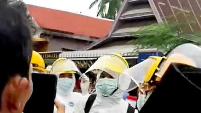 Tangkapan layar video viral warga usir petugas hendak makamkan jenazah COVID di Bulukumba (dok. Istimewa).