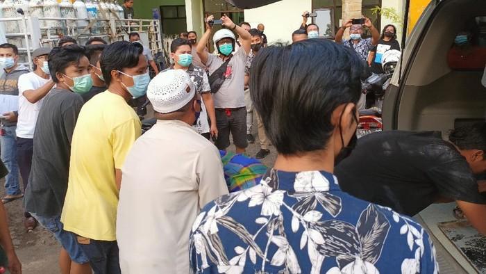 Seorang wisatawan tewas tenggelam di Pantai Mayangan, Kota Probolinggo. Niat berendam untuk kesehatan, ia malah tenggelam hingga tewas.