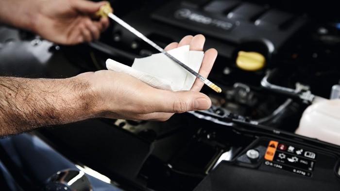 Tips menggunakan dipstick untuk mengecek kualitas dan volume oli mobil