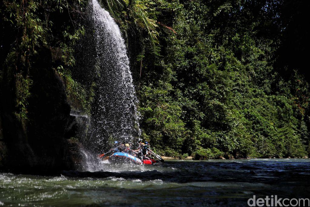 Sejumlah warga menikmati permainan arung jeram di kawasan Sungai Asahan, Kabupaten Asahan, Sumatera Utara. Arung Jeram ini di klaim sebagai terbaik ke-3 di dunia lho.