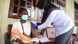 Guna mencapai target dan terciptanya kekebalan komunal menuju Indonesia sehat bebas COVID-19, proses vaksinasi juga terus digenjot hingga ke timur Indonesia.