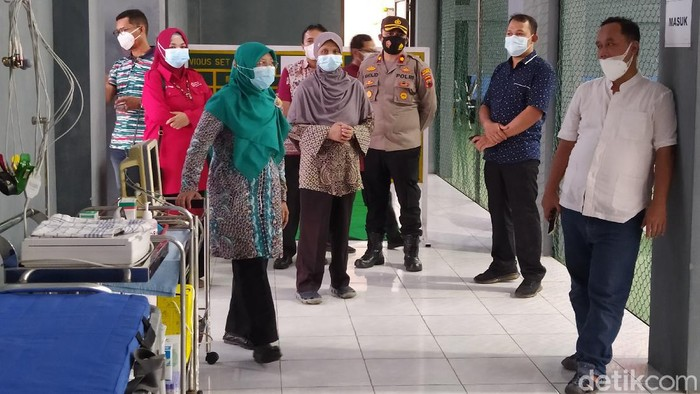 Wali Kota Magelang, Muchamad Nur Aziz, meninjau rumah sakit darurat