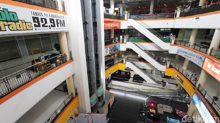 PPKM Darurat di kota Solo membuat sejumlah pusat perbelanjaan tutup. Meskipun begitu, beberpa gerai masih ada yang buka.