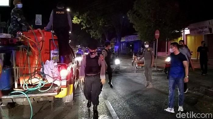 Polres Rembang membubarkan kerumunan warga di malam pertama penerapan PPKM darurat di Kabupaten Rembang, Sabtu (3/7/2021).