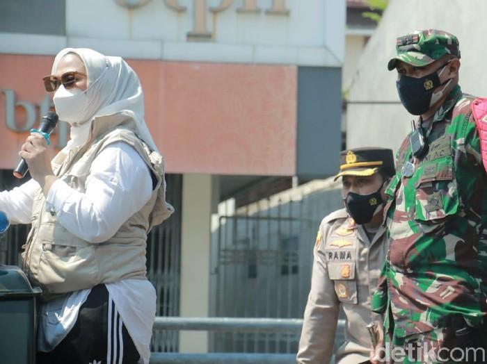 Bupati Karawang, Cellica Nurrachadiana, woro-woro dengan mobil komando sampaikan pengumuman penerapan PPKM darurat.