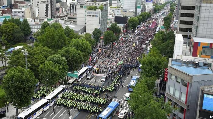 Ribuan buruh menggelar demo serikat pekerja di jalanan utama Seoul. Mereka turun ke jalan demi memeprjuangkan kenaikan upah.