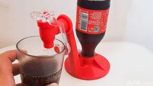 Praktis Banget! Dispenser Cola Mini Ini Bisa Masuk ke Lubang Botol