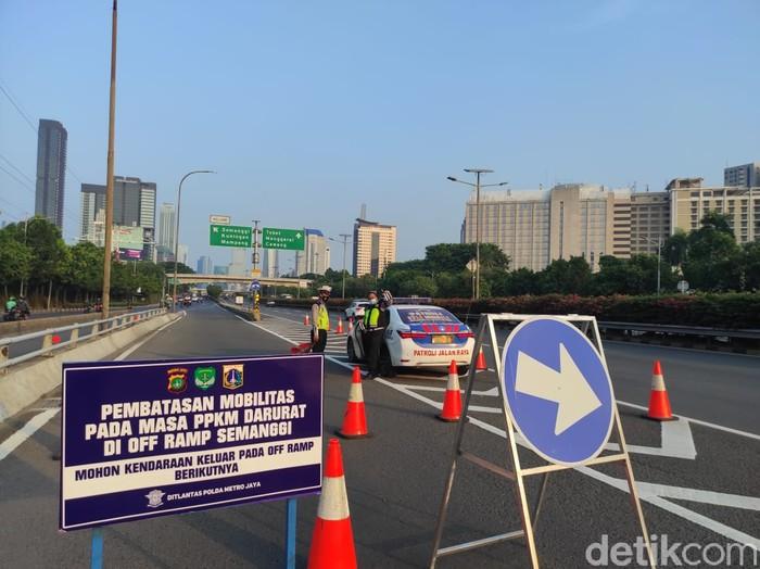 Exit Tol ditutup saat PPKM Darurat. (Azhar BR/detikcom)
