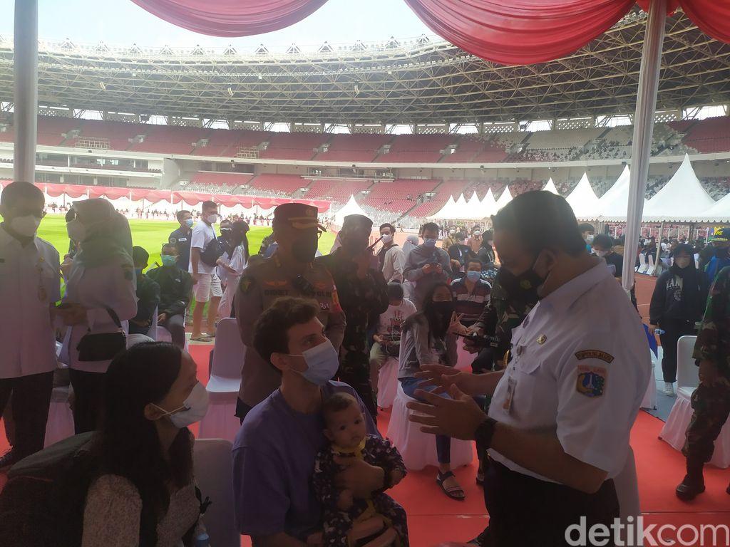 Gubernur Anies, Kapolri Jenderal Sigit, dan Panglima TNI Marsekal Hadi Tjahjanto tinjau vaksinasi anak 12+ di GBK, Senayan, 3 Juli 2021. (Luqman Nurhadi Arunanta/detikcom)