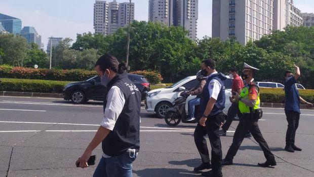 Gubernur DKI Jakarta Anies Baswedan mengecek penyekatan di kawasan Semanggi.