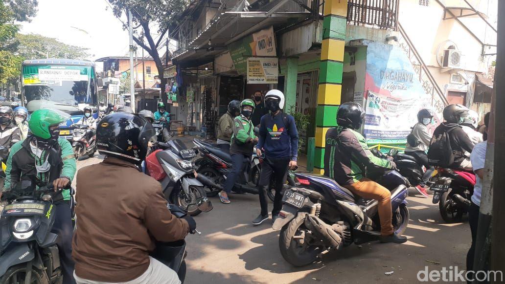 Jalan tikus ditempuh pemotor dari arah Depok karena Jl Lenteng Agung disekat dalam rangka PPKM Darurat, 3 Juli 2021, siang. (Azhar Bagas Ramadhan/detikcom)