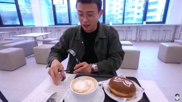 Jang Hansol Main ke Kafe Gedung Agensi BLACKPINK, Ini Menunya!