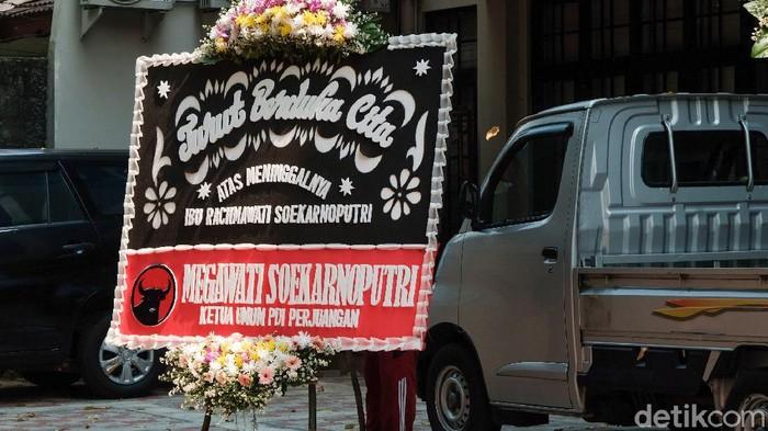 Karangan bunga berjejer di rumah Rachmawati Soekarnoputri yang meninggal dunia hari ini. Karangan bunga dikirim dari berbagai pejabat.