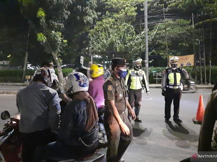 Kendaraan dari Depok menuju Jakarta diputar balik