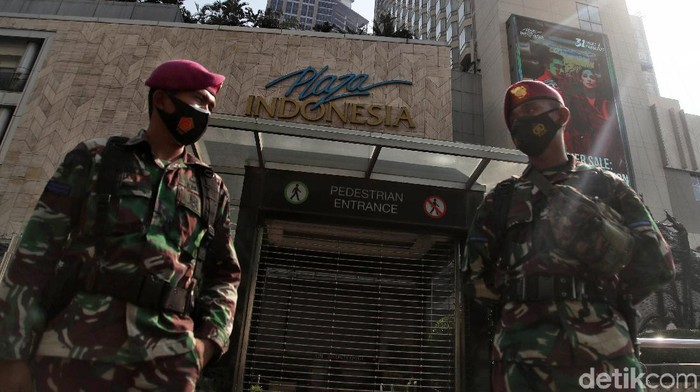 Korps Marinir TNI AL melakukan penjagaan di salah satu pusat perbelanjaan kawasan Plaza Indonesia,  Jalan MH Thamrin, Jakarta Pusat, Sabtu (3/7).