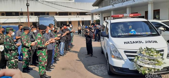 Mobil yang membawa jenazah Rachmawati Soekarnoputri dari RSPAD Gatot Soebroto ke TPU Karet Bivak. (Yogi Ernes/detikcom)