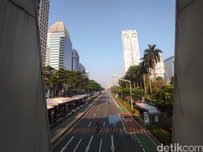 Pemandangan Jl Jend Sudirman pada hari pertama PPKM Mikro, Sabtu, 3 Juli 2021, pagi. (Azhar Bagas Ramadhan/detikcom)