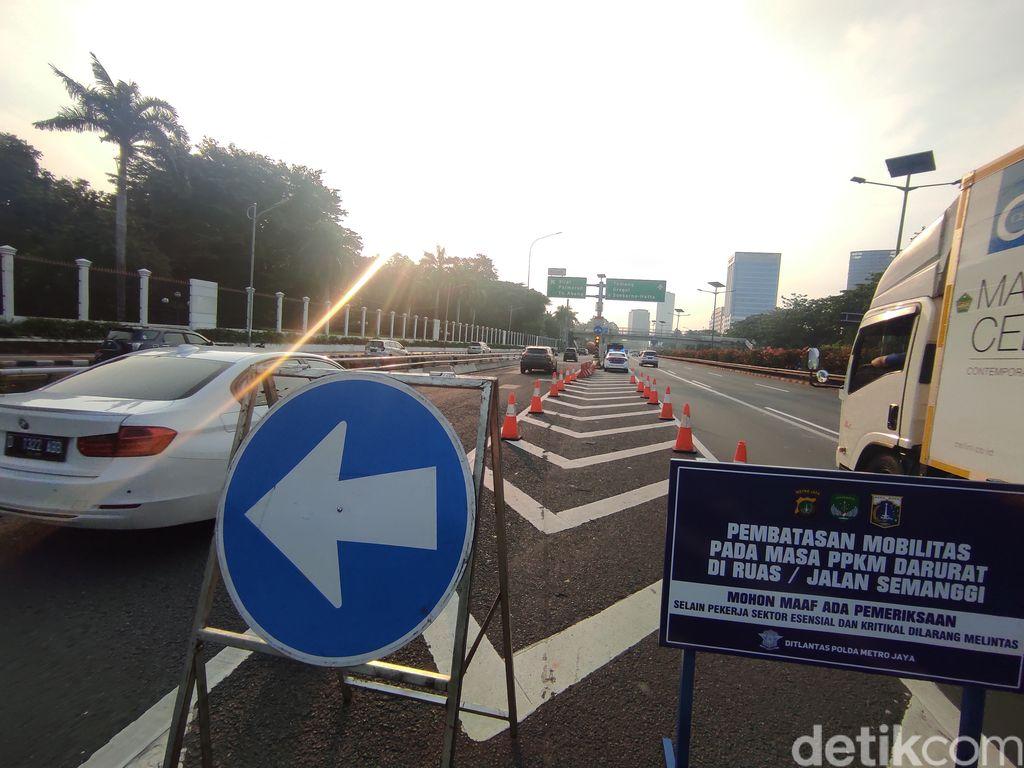 Penutupan exit tol di pintu-pintu Tol Dalam Kota saat PPKM Darurat, 3 Juli 2021. (Azhar Bagas Ramadhan/detikcom)