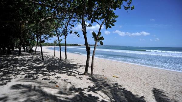 Suasana lengang saat penutupan kawasan wisata Pantai Kuta di Badung, Bali, Sabtu (3/7/2021).