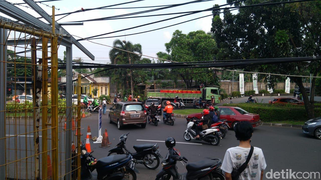 Penyekatan PPKM Darurat di Jl Bintaro Utama 3, Tangsel ke arah Pesanggrahan Jakarta Selatan (Jaksel). 3 Juli 2021 sore. (Adhyasta Dirgantara/detikcom)