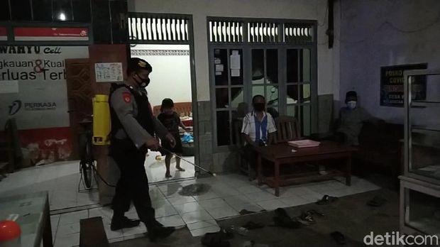 Petugas semprot warga berkerumun lewat batas waktu di Rembang
