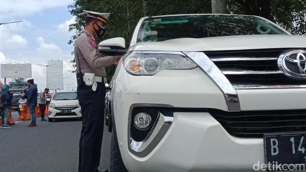 Kendaraan berpelat luar kota non AD/ B diperiksa di Jalan Yogya-Solo, Kecamatan Prambanan, Klaten.