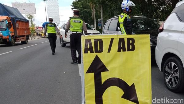 Mobil dari arah Yogyakarta dibelokkan ke jalur lambat di depan candi Prambanan.