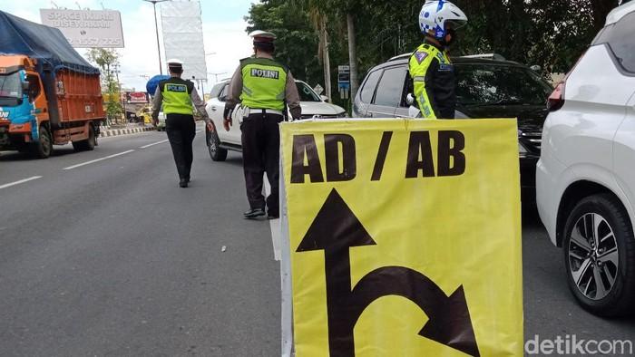 Perbatasan Klaten-Yogyakarta menjadi sasaran PPKM Darurat hari pertama di Klaten. Berikut foto-fotonya.