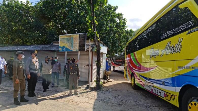 Satgas COVID-19 Kabupaten Gunungkidul saat membubarkan ratusan wisatawan di Pantai Pulang Sawal Gunungkidul.