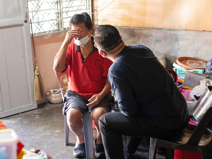 Sedih! Penjual Makanan Kaki Lima Ini Kelaparan Sampai Pasang Bendera Putih
