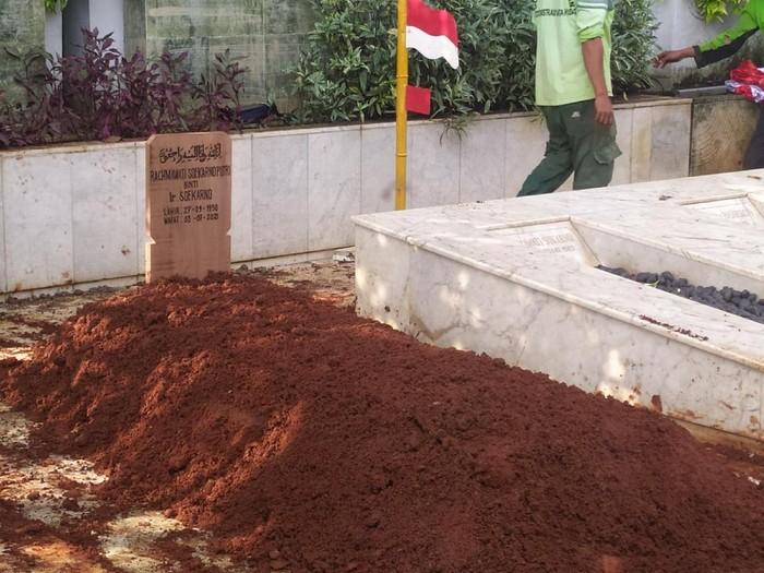 Suasana pemakaman Rachmawati Soekarnoputri di samping makam ibunya, Fatmawati