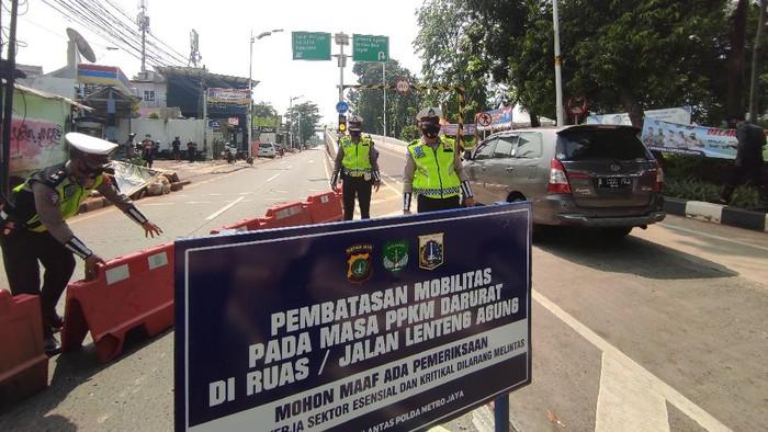 Suasana penyekatan di Jl Lenteng Agung sekitar Flyover Tapal Kuda