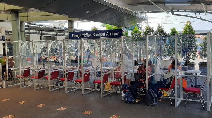 Suasana Stasiun Senen di hari pertama PPKM Darurat