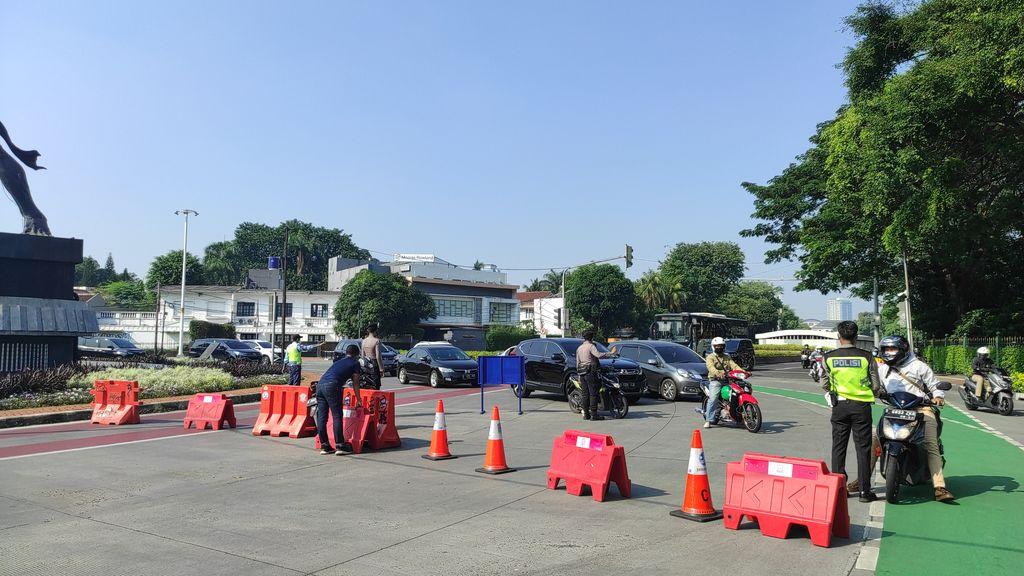 Suasana titik PPKM darurat di Bundaran Senayan, Jakarta