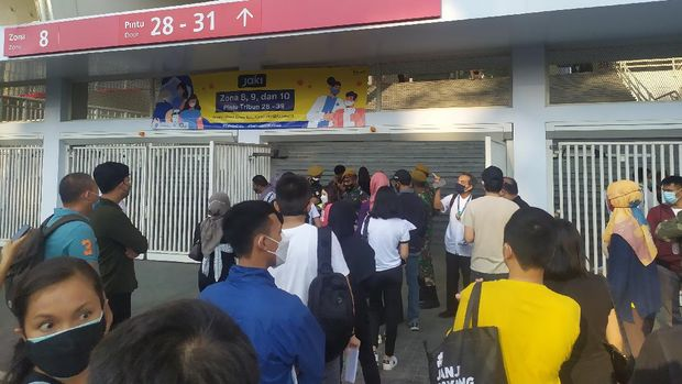 Suasana vaksinasi massal usia 12+ di Gelora Bung Karno, Senayan, Jakpus