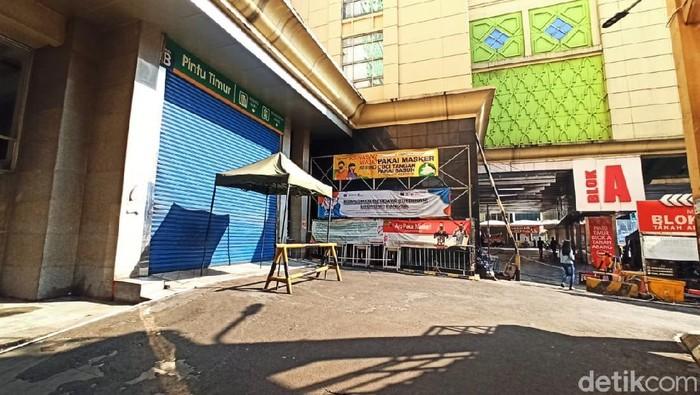 Pasar Tanah Abang tutup selama pemberlakuan PPKM Darurat. Pusat niaga yang biasanya ramai didatangi warga itu pun kini sepi di hari pertama PPKM Darurat.