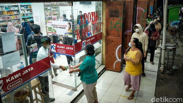 Tingginya kasus Corona (COVID-19) di Indonesia membuat permintaan obat-obatan dan vitamin meningkat. Warga rela antre ke apotek demi membeli kebutuhan.