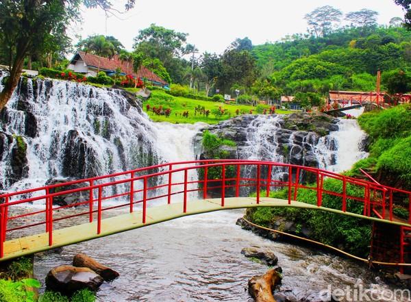 Pengunjung bisa foto-foto di ata jembatan dengan latar air terjun yang indah.(Chuk Shatu W/detikcom)