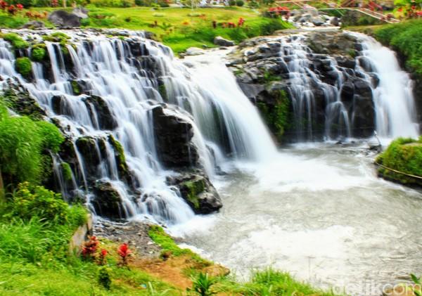 Air terjun ini kerap disebut Little Niagara karena mirip dengan Air terjun Niagara. (Chuk Shatu W/detikcom)